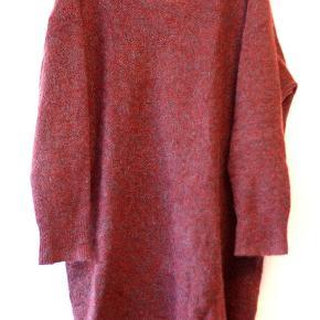 Oversize bluse fra Acne. Bordeaux/mørkerød med blå tråde iblandet.