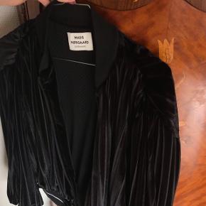 Sælger denne super nice Mads Nørgaard velour bomber jakke.  Str 38, men passer mere en 36 Kun prøvet på.  Np: ikke sikker, men omkring de 1500kr Mp: Vil helst ikke under de 700, men ellers byd💙