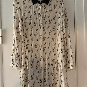 Rigtig fin kjole fra Baum. Kjolen er lidt for kort for min smag, så derfor sælger jeg den.    https://www.baumundpferdgarten.com/dk/stoerrelsesguide