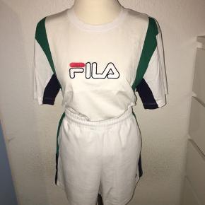 Hvidt fila sæt i størrelse medium. Shorts og T-shirt med grønne detaljer.
