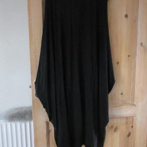 Oversize kjole fra Like London str One Size Materiale : 95 % Viscose 5 % elastan Hel længde ca: 125 cm. Kjolen er kun brugt en enkelt gang, så fremstår som ny.  Se også mine flere end 100 andre annoncer med bla dame-herre-børne og fodtøj.