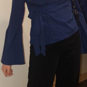 Smuk fest bluse fra Na-kd. Den er kun brugt en gang. Skriv endelig for mere info🥳☺️☺️
