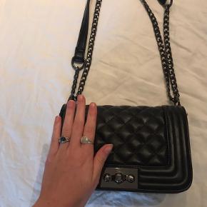 Sød skulder taske fra Gina Tricot i fake læder. Ingen tegn på slid🦋