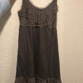 Fin kjole. Str. 44.🌸 Aldrig brugt da den er for lille. Kom med et bud.☺️