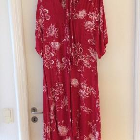 Smuk kjole med slåom. Minder om silke, men er viscose.