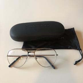 Thomsen Eyewear briller med enkelt styrke glas sælges. Der medfølger etui og klud.  Klassisk model som kan bruges af begge køn. Modelnavn: T-324 54-15-135 11=shiny gun  Sælges da jeg ikke bruger denne styrke længere.  Se styrken på en af billederne. Hvis man ønsker det, kan man evt skifte glasset til en anden styrke hos en optiker.   Nyprisen for stellet alene er 2395kr.