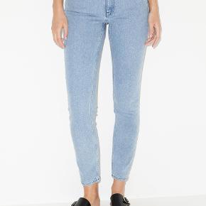 BEMÆRK: de er str. 25! Disse jeans er fremstillet af en blanding af økologisk bomuld og genbrugspolyester, hvilket både sikrer høj kvalitet og bæredygtighed. Disse jeans har høj talje og koniske ben, hvilket gør dem både casual og cool. Materiale: 95 % økologisk bomuld, 4 % genanvendt polyester, 1 % elastan Mål str. 25: Talje 35,5cm, livhøjde forside 19cm, hofte 43,5cm, lårvidde 26,5cm, benlængde 73cm.  Nypris: 1200kr