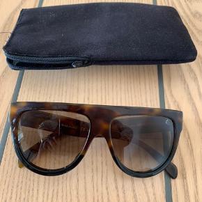 Fine briller, men der er nogle ridser hist og pist på stel og glas. Se billeder. Det er selvfølgelig ikke helt nemt at fange det hele. Men de kan sagtens bruges endnu.