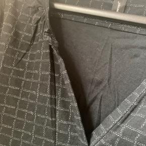 Sort bluse med mønster i grå Elastik nederst Falder rigtig fint  #30dayssellout