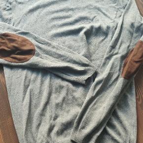 Lækker trøje fra solid, rigtig god til skjorten Kommer selvfølgelig uden huller eller kosmetiske fejl.   Kan afhentes i Hillerød eller sendes.  Se gerne andre annoncer for mere tøj