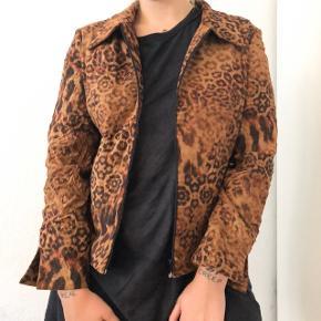 Fin leopard bomber jakke!  Prisen er eksklusiv fragt og jeg sender kun 🥰