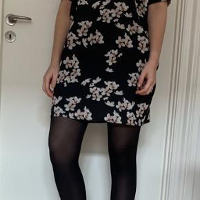 Fin kjole fra Envii i blomsterprint. Størrelse small og i virkelig fin stand. BYD gerne.