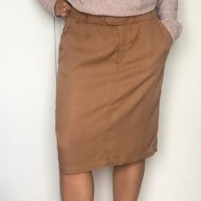 Som ny. Skøn nederdel i super dejligt blødt materiale og fin pasform.