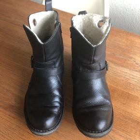 Fede vinterstøvler fra Cashott, de er i god stand, dog er der lidt misfarvning på snuden af skoen, men man ser det nærmest ikke. Prisen er sat derefter☺️