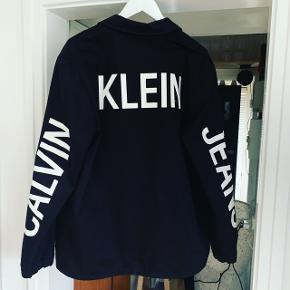 Calvin Klein sommer jakke  Xl og i perfekt stand  Brugt 2-3 gange   Nypris 1300kr