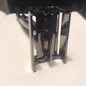 er blevet brugt men renset godt, medfølger 4 stainless steel double-edge blades