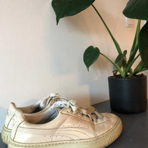 Beige Puma Basket som er godt slidte men gode at gå i 🤸🏼‍♂️