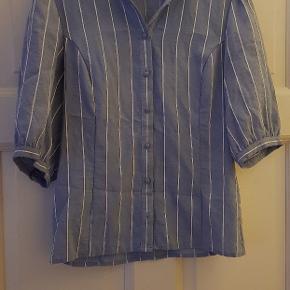 Super flot lyseblå og hvid stribet skjorte som næsten ikke er brugt. Standen er derfor rigtig fin. Sælges da den desværre er en størrelse for lille til mig.