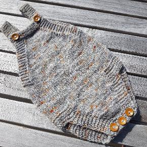 Romper str. 0-3 mdr. strikket i BFL Sock fra Sysleriget,  som er håndfarvet. Den har træknapper. Jeg har valgt str. 2 mdr. Selvom den hedder 0-3 mdr.