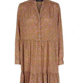 Smuk smuk kjole fra Sissel Edelbo. Kjole lavet af genbrugs-sarier. Jeg har kun brugt kjolen to gange i sommer, håndvasket en gang 🌸
