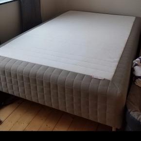 Ikea seng 140x200 cm, kun brugt i 4 måneder, så den står som ny. Den er med stålben som på billedet. Den har stået i et ikke-ryger hjem. Afhentes hurtigst muligt😊 nypris 1900kr.