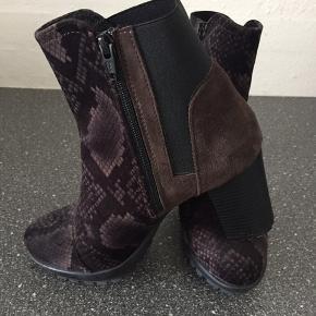 Flotte korte Ilse Jakobsen støvler i sort og brun med mønster i str 38😃 Brugt en gang Køber betaler selv fragt med DAO