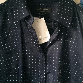 Lækker, klassisk skjorte med strech fra Banana Republic i str 4 - fitter en 36-38. Mørkeblå med små, hvide dots. Købt i USA til 65 dollars