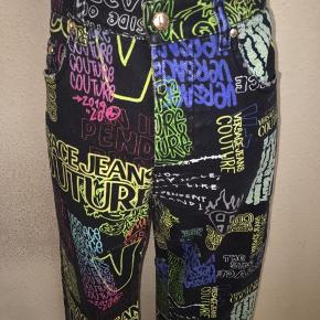 Versace jeans couture jeans i størrelse waist inch 32 i sort med multifarvet print på. Næsten som ny.