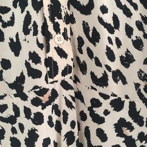 Varetype: Mini Farve: Multi  Sælger denne fine kjole i 100% viscose. Den knappes til taljen. Kun brugt én gang. MP: 499,-
