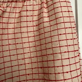 RESERVERET! Fine Debra pants i creme-hvid og røde syninger. Er i fin stand.   Bytter ikke!