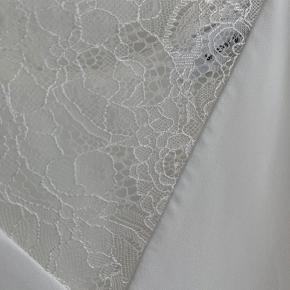 Fin hvid top med blondedetaljer. Fragt betales af køber