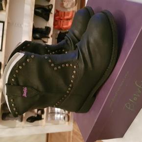 Varetype: biker støvler NYE Farve: sort, nitter  Fede biker boots fra blowfish, ubrugte i æske.