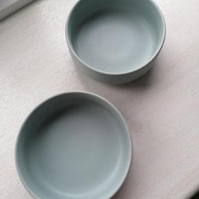 2 stk. skåle i porcelæn  Sart grøn farve Inge skår Dia: 11,5 cm Højde uden fod: 4 cm Angivet pris er for 2 stk.  Sælges kun samlet Kan afhentes i Esbjerg. Sender gerne- køber afholder fragt og ansvar