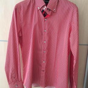 Brand: 7camicie Varetype: Skjorte Farve: Rød/hvid Oprindelig købspris: 699 kr. Prisen angivet er inklusiv forsendelse.