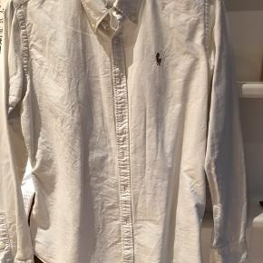Klassisk skjorte i slim fit i str. 6 som cirka svarer til 36. Farven er hvid