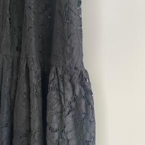 Smuk kjole. Brugt en del, men stadig pæn og brugbar.  Prisen er sat derefter.