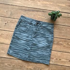 🙏🏼 ALT SKAL VÆK - SÆLGER BILLIGT 🙏🏼  👗 Flot grå nederdel 👠 NORR 👚 Str. 36 👑 Den er i super god stand   🔥Se også mine mange andre annoncer og følg mig gerne - der kommer løbende nyt🔥