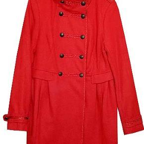 Flot ny rød frakke fra H&M i str 42. frakken er i 60% uld og 40% viscose, købspris 469 kr.