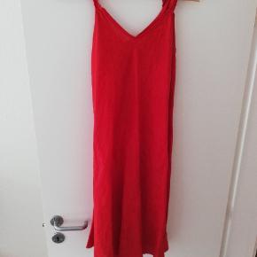 Hør kjole i rød, købt i udlandet uden mærke  Svarer cirka til en M i størrelsen