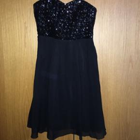 Super fin kjole med palietter. Kan gøres stropløs🌸