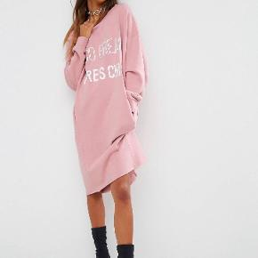 ASOS lyserød kjole / sweater i en str. UK 8 (Small/36). Den er lidt oversize i størrelse og kan passes også af en str. M. Kommer an på, hvordan man ønsker, den skal sidde.  Da jeg står og skal flytte og ikke har plads til hele min garderobe (😬), sælger jeg billigt ud af mit tøj. Prisen er derfor sat lavt. Tøjet fejler intet mindre andet beskrevet og er oftest som nyt, fordi jeg har været slem til at lave fejlkøb, så gør et kup 😉  Der tages ikke flere billeder end dem, der er på annoncen, og hvis der ikke er billeder af tøjet på, er det, fordi jeg ikke kan passe det, og der tages derfor ikke billeder med det på 😊  Køber betaler porto og TS-gebyr ved TS-handel. MobilePay haves, hvis man ønsker at spare gebyret.