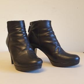 Flotte ankelstøvler/støvletter fra Billi Bi i ægte læder. 9 cm hæl og plateau foran. Brugt få gange, i god stand. Lynlås bagpå.