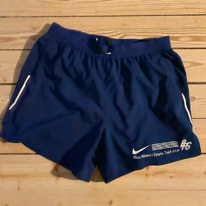Jeg sælger dette sæt med shorts og singlet fra Nike. Det er stort set ubrugt og fremstår som nyt.