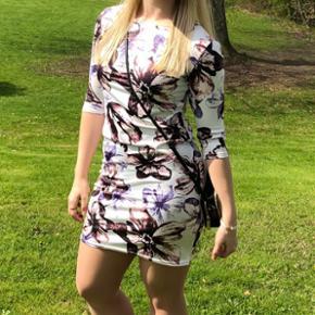 Flot kjole str m, med blomster mønster