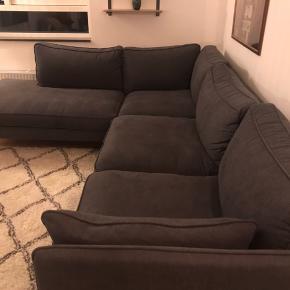 Da jeg skal flytte til noget mindre, har jeg ikke plads til min elskede sofa og sælger den derfor.  Den er under 1 år gammelt.  Nypris: 14.999 kr.