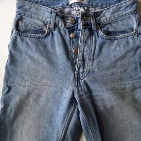 Won hundred jeans, flotte og højtaljede. Style: Pearl Chlorine Blue 2. Farve: 612 Blue. Der er slidmærker i kanten ved lommerne, men det er en del af designet. Sælges, da de er blevet for små.