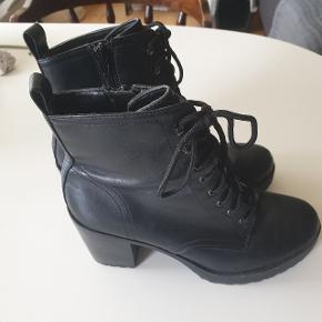 Smukke støvler fra New Look. Brugt ganske få gange, så derfor i rigtig god stand!  Byd!!