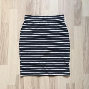 Fin nederdel med blå/hvide striber fra armedangels. Fejler intet, sælger da jeg ikke får den brugt.🌸