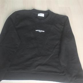 Varetype: Mary-Ann Sweatshirt Farve: sort  Lækker trøje som ny, tidligere Demomodel.  Kan sendes med DAO for 45,-