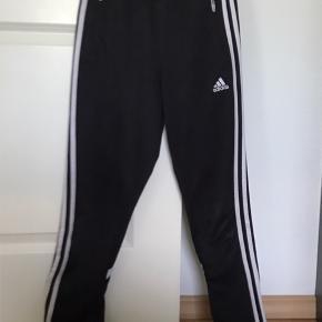Adidas bukser Str. 13 til 14 år (Jeg har klippet mærket af da det sad og kredsede ) Farve: Sort og hvid På billede 3 kan der ses at der et lille hul midt på knæet